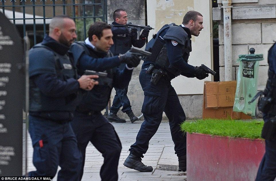 Cảnh sát đột kích căn hộ tại St Denis, ngoại ô Paris sáng sớm 18/11 (Ảnh: Daily mail)