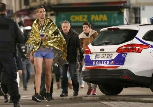 Người dân địa phương hốt hoảng rời nhà lúc sáng sớm (Ảnh: Reuters)