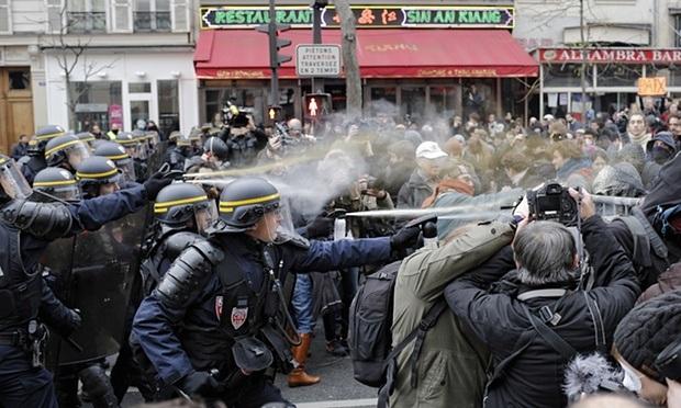 Cảnh sát Paris đụng độ với người biểu tình chống biến đổi khí hậu hôm 29/11 (Ảnh: SIPA)