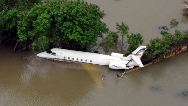 Một máy bay bị nước lũ cuốn trôi tại Chennai (Ảnh: Press Bureau)