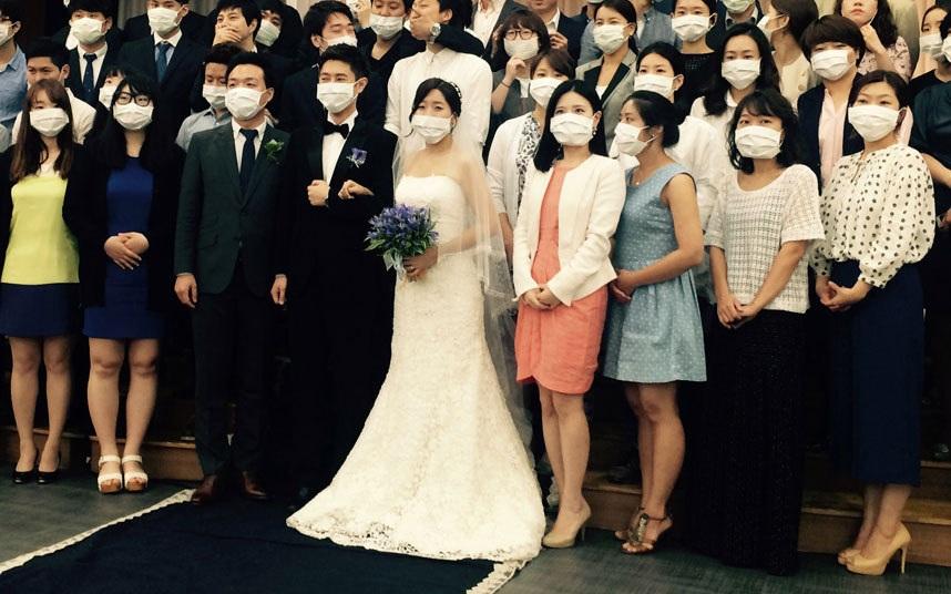 Một cặp đôi người Hàn Quốc chụp ảnh cưới trong những ngày nỗi sợ hãi dịch hô hấp MERS đe dọa quốc gia này.