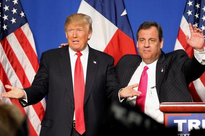 Tỷ phú Donald Trump (trái) đã nhận được sự ủng hộ quan trọng của Thống đốc bang New Jersey Christie. (Ảnh: LA Times)