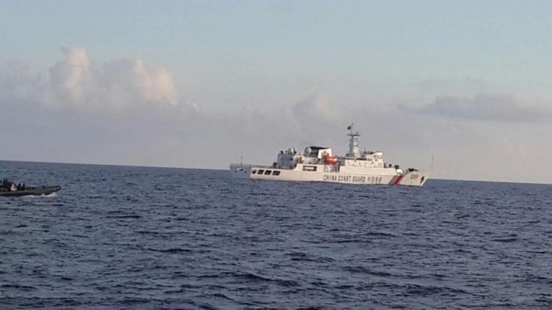 Xuồng của hải quân Indonesia (trái) xua đuổi tàu tuần tra bờ biển Trung Quốc ra khỏi vùng biển quanh đảo Natuna. (Ảnh: Diplomat)
