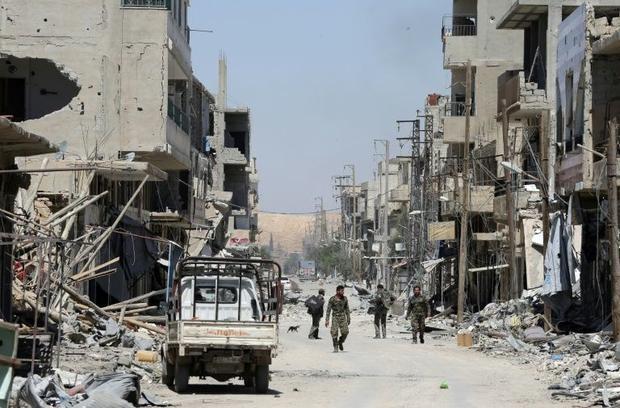 Cảnh tượng hoang tàn, đổ nát tại thành phố Al-Qaryatain, tỉnh Homs khi các binh sỹ chính phủ Syria tiến vào hôm 8/4. (Ảnh: AFP)