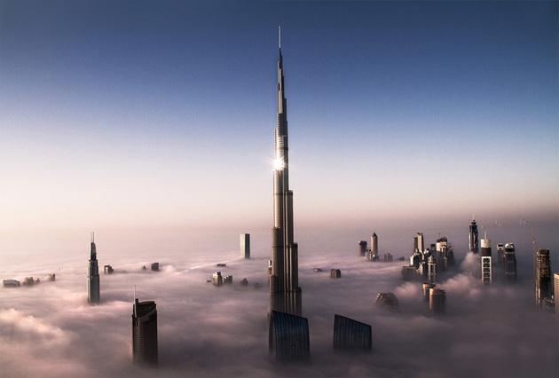 Tháp Burj Khalifa cao nhất thế giới xuyên qua những đám mây tại UAE . (Ảnh: Pinterest)