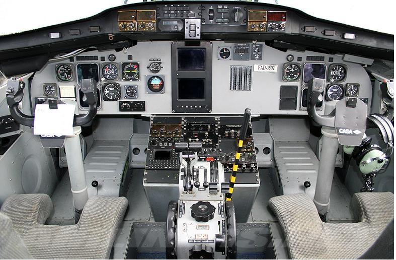 Buồng lái của CASA212 với nhiều thiết bị hiện đại. (Ảnh: Airlines.net)