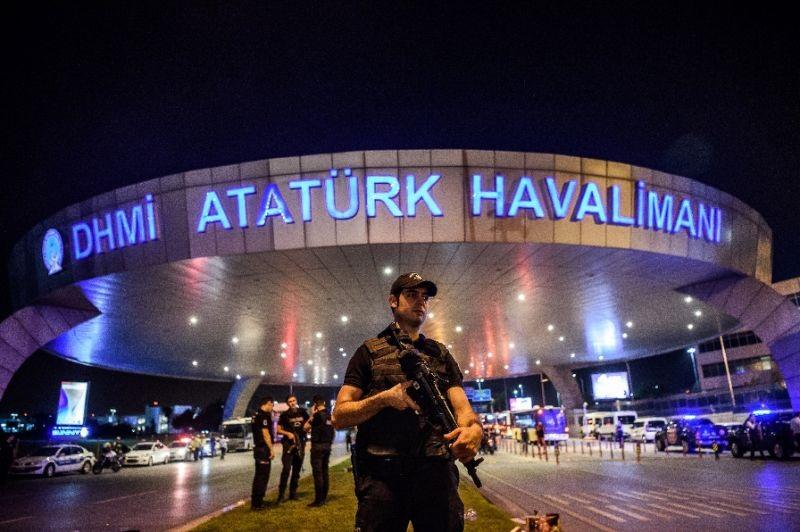 Cảnh sát Thổ Nhĩ Kỳ phong tỏa sân bay Ataturk sau vụ tấn công. (Ảnh: AFP)
