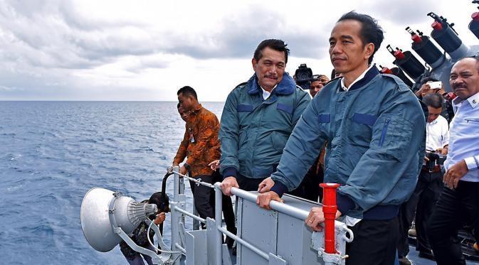 Tổng thống Indonesia Widodo (phải) lên chiến hạm cùng các thành viên nội các thị sát quần đảo Natuna. (Ảnh: Setpres)