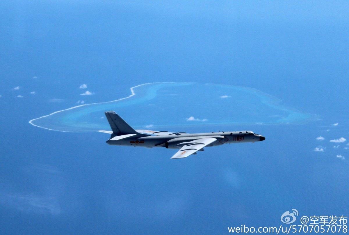 Trung Quốc hồi tháng 7 đã điều một máy bay ném bom tầm xa H-6K áp sát bãi cạn Scarborough. (Ảnh: Weibo)