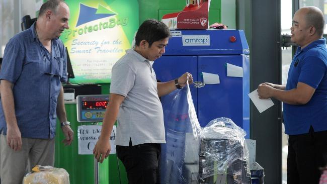 Hành khách được khuyến nghị bọc hành lý cẩn thận trước khi làm thủ tục hải quan (Ảnh: AFP)