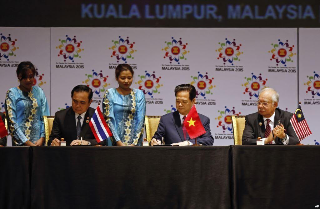 Thủ tướng Nguyễn Tấn Dũng cùng lãnh đạo các nước ASEAN ký Tuyên bố thành lập Cộng đồng ASEAN tại thủ đô Kuala Lumpur, Malaysia ngày 22/11 (Ảnh: AP)