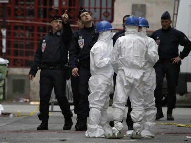 Quân đội Pháp thắt chặt an ninh nhằm bảo vệ nguồn nước tại thủ đô Paris do lo ngại về IS đầu độc. Ba người trong số quân nhân mặc bảo hộ chống vũ khí hóa học (Ảnh: Getty)