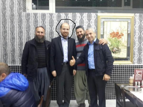 Con trai Tổng thống Thổ Nhĩ Kỳ, Bilal Erdogan (giữa) nghi ăn tối cùng một thủ lĩnh IS (Ảnh: RT)