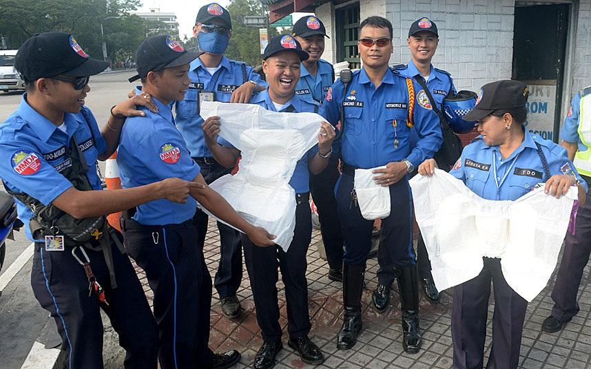 """Các cảnh sát giao thông Philippines đã phải """"đóng bỉm người lớn"""" để làm nhiệm vụ tại hiện trường trong dịp Giáo hoàng Francis có chuyến công đu đầu tiên tới quốc gia Đông Nam Á này vào dịp 15-19/1. (Ảnh: AFP)"""