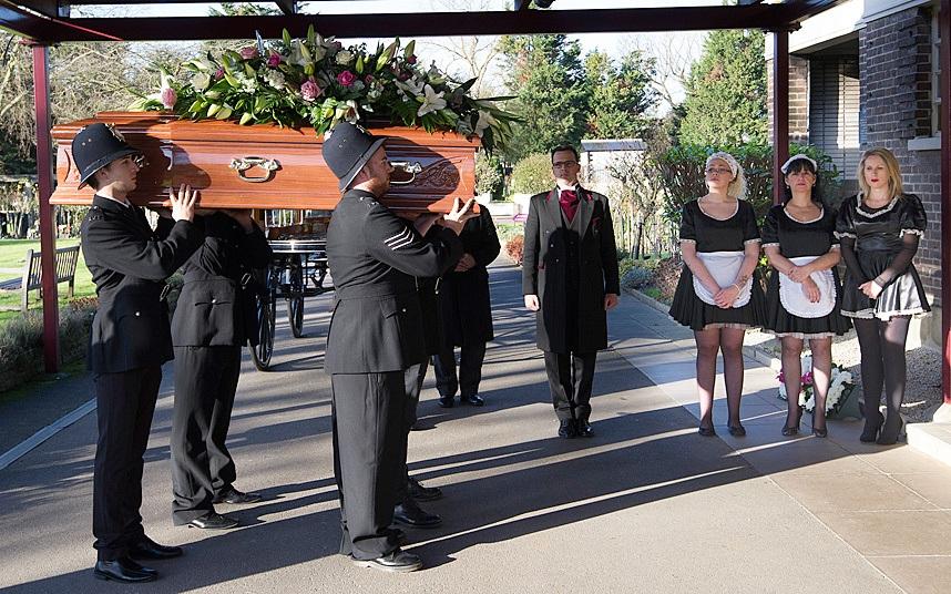 Các nhân viên phục vụ tang lễ mặc đồng phục cảnh sát đang khiêng quan tài của tú bà khét tiếng Cynthia Payne tại London, Anh. (Ảnh: Telegraph)