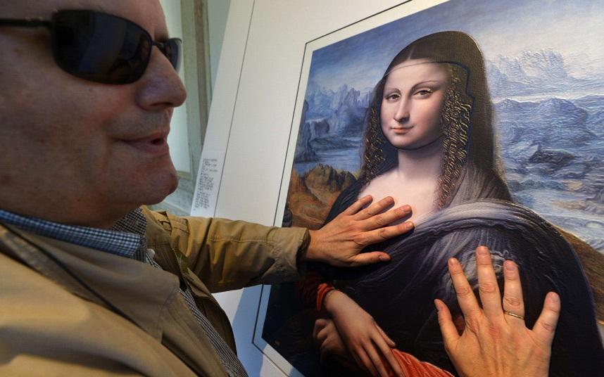 Du khách khiếm thị Jose Pedro Gonzalez, 56 tuổi, chạm vào bức tranh chép Mona Lisa của danh họa người Ý Leonardo da Vinci, tại viện bảo tàng Prado, thủ đô Madrid, Tây Ban Nha. (Ảnh: Getty)