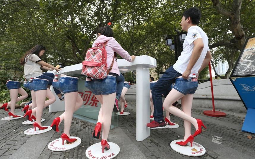 Một quán bar ngoài trời với các ghế ngồi đặc biệt mô phỏng phần thân phụ nữ phía dưới mặc váy bò ngắn và đi giày đỏ tại Nam Kinh, Trung Quốc. (Ảnh: REX Shutterstock)