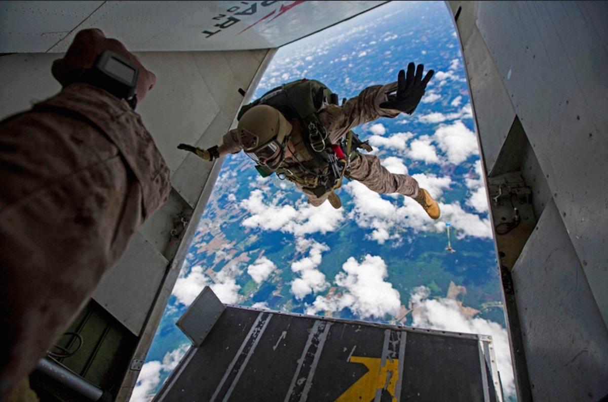 Lính hải quân thuộc Trung đội trinh thám, Lực lượng tuần tra hàng hải, Đơn vị viễn trinh hàng hải thứ 26, tham gia khóa huấn luyện nhảy dù tầm cao và tầm thấp trong kỳ huấn luyện cấp độ 3 tại Louisburg, North Carolina ngày 2/6. (Ảnh: Flickr)