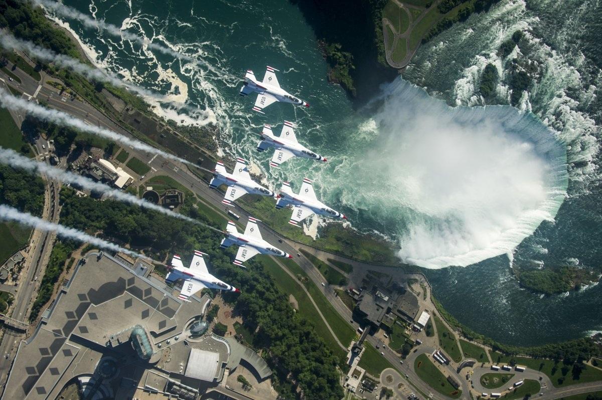 Các chiến đấu cơ Thunderbird (Mỹ) đang bay bên trên thác Niagara, Canada. (Ảnh: Không quân Mỹ)