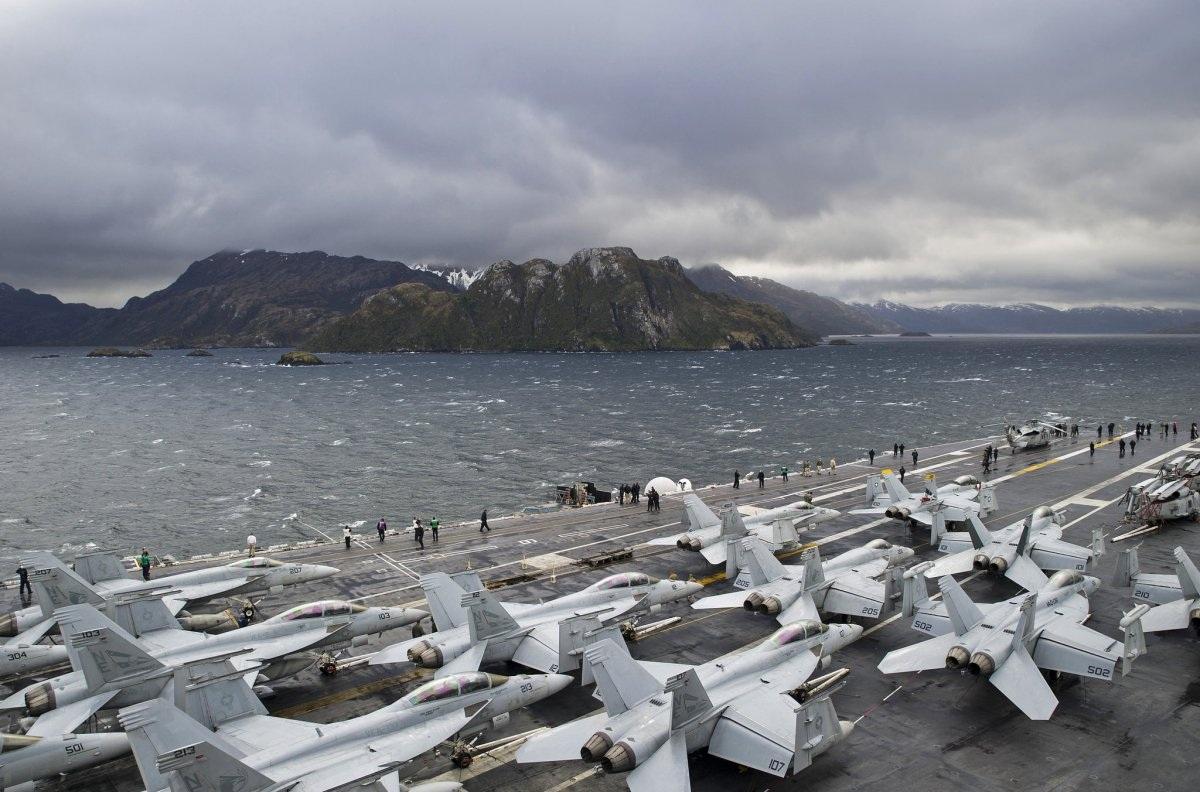 Tàu sân bay USS George Washington vượt qua eo biển Magellan ngày 1/11. (Ảnh: Hải quân Mỹ)