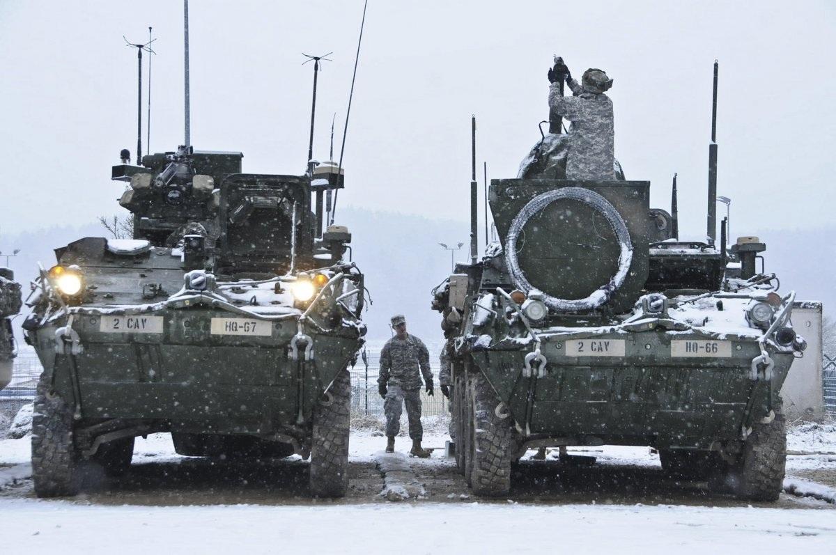 Các binh sĩ thuộc Trung đoàn thiết giáp số 2 (Mỹ) và các chiến sĩ thuộc Đội xung kích thứ 42 của Hà Lan đang bảo trì trang thiết bị. Các lực lượng này thuộc Trung tâm tác chiến chiến thuật liên minh tại Trung tâm huấn luyện Hohenfels, Đức ngày 20/1. (Ảnh: Quân đội Mỹ)