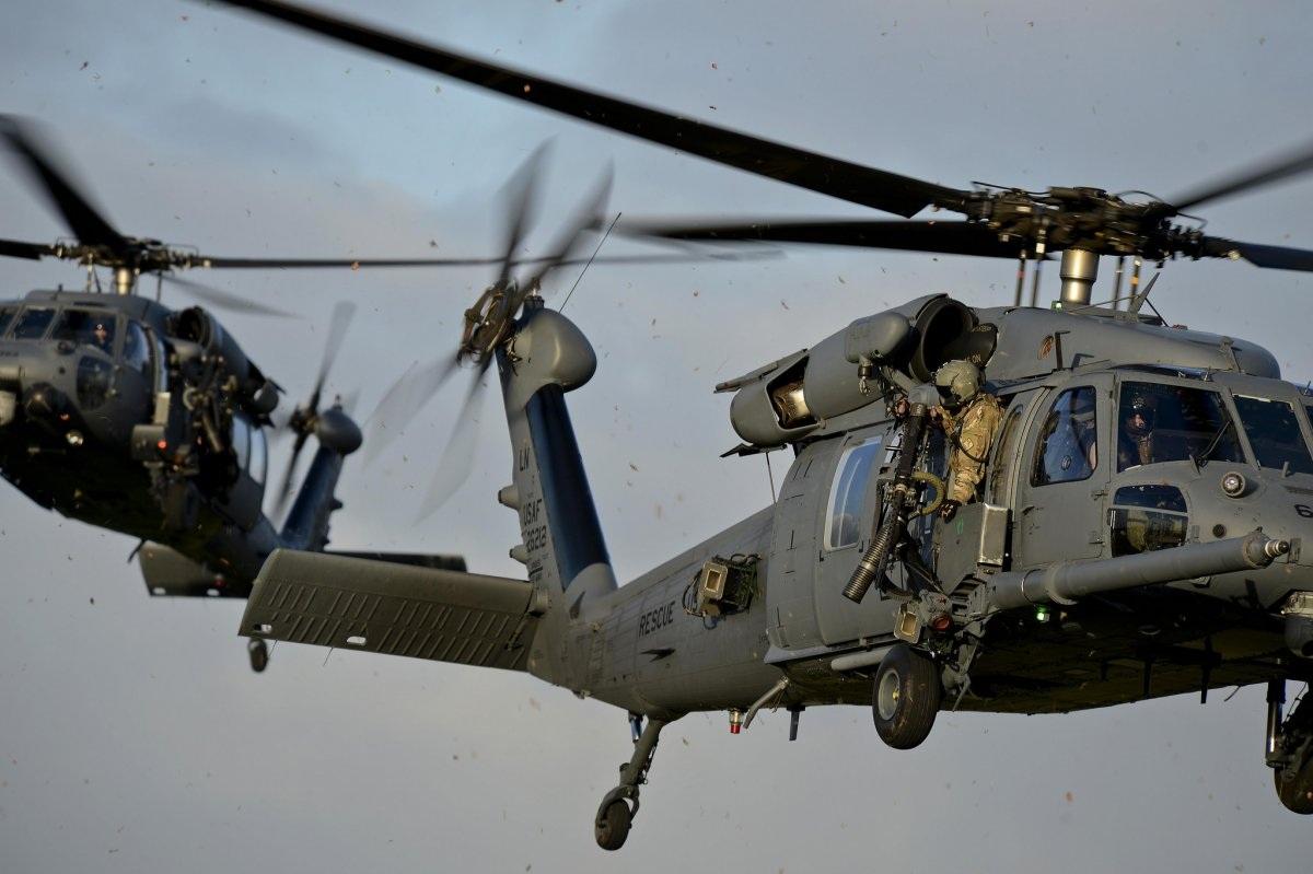 2 chiếc trực thăng HH-60G Pave Hawks thuộc Phi đội cứu trợ 56 (Mỹ) tham gia trong một chiến dịch tìm kiếm và cứu trợ giả định tại căn cứ không quân hoàng gia Lakenheath, Anh. (Ảnh: Flickr/US Air Force)