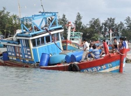 Chiếc tàu cá bị sóng đánh chìm ngay tại nơi trú bão