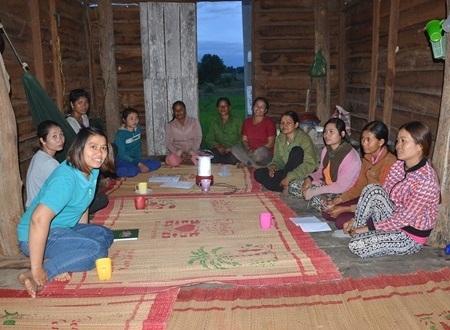 Nhóm Led thường xuyên hội họp bàn giải pháp tốt nhất khi tham gia dự án giảm nghèo.