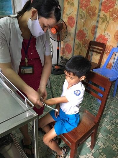 Phụ huynh đưa học sinh bị chó cắn vượt hơn 50km để tiêm phòng vì huyện hết huyết thanh.