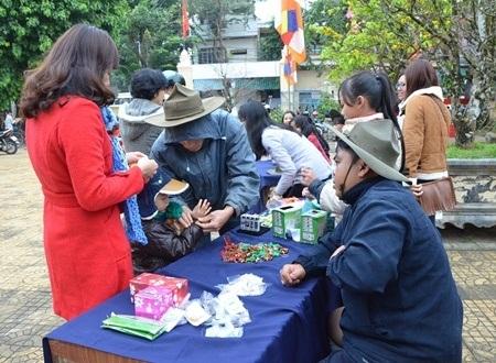 Sau khi hái lộc tương ứng với số trong phong bì đỏ, người hái lộc nhận quà tại các bàn được chùa bố trí sẵn.