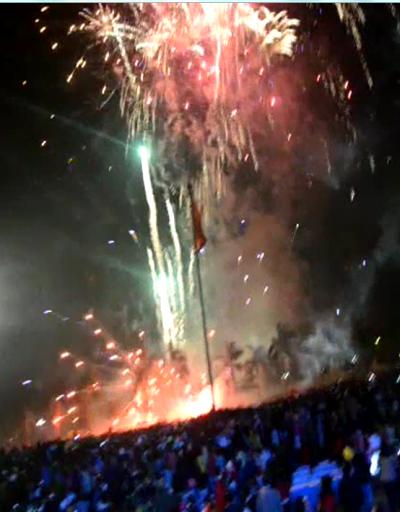 Pháo hoa nổ dưới nền đất gây cháy và làm bị thương 6 người dân xem bắn pháo hoa đêm giao thừa.