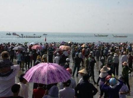 Hàng trăm người theo dõi thuyền tứ linh tranh tài từ lúc sáng sớm tinh mơ.
