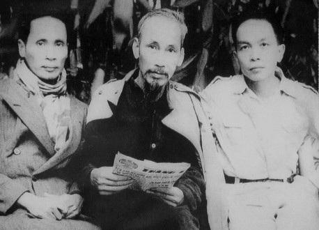 Thủ tướng Phạm Văn Đồng (trái) cùng đại tướng Võ Nguyên Giáp (phải) - hai học trò xuất sắc và gần gũi của Bác Hồ. (Ảnh tư liệu).