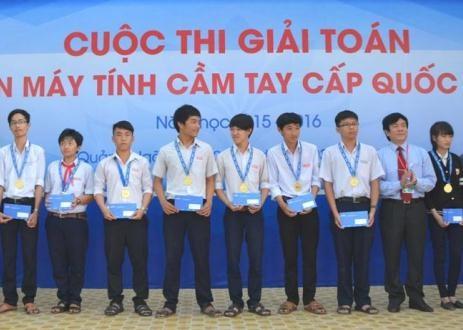 Trao giải đến thí sinh đạt thành tích tại cuộc thi Giải toán trên máy tính cầm tay.