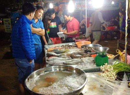 Du khách chọn hải sản tươi sống tại chợ đêm.