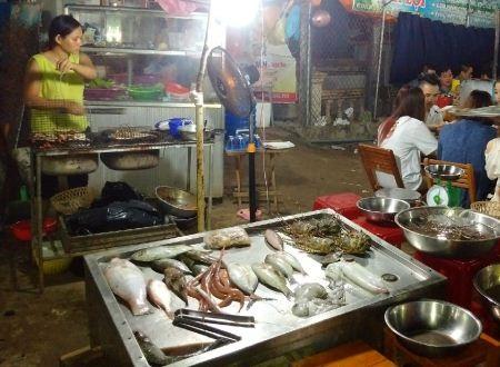 Từng loại hải sản sẵn sàng phục vụ du khách bên bếp lửa than hồng.