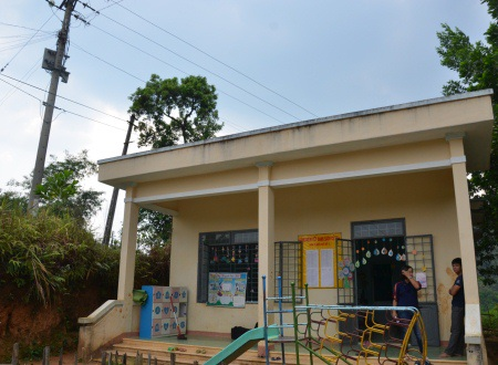Trụ điện nằm sát phòng học nhưng cũng bị mù điện nhiều năm qua.