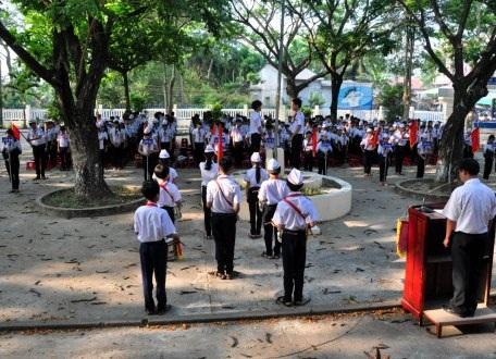 Phút mặc niệm 9 học sinh xấu số tại buổi chào cờ ở trường THCS Nghĩa Hà.