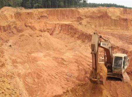 Khai thác đất ở độ sâu quá lớn gây nguy hiểm đến người dân và ảnh hưởng lâu dài về sau.