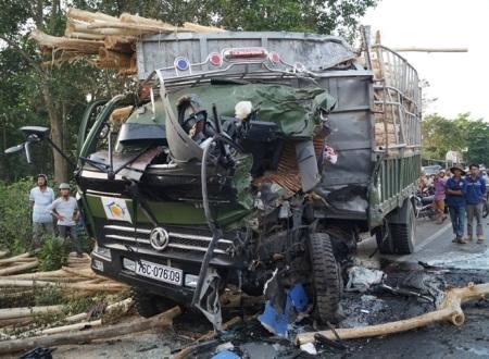 Tài xế xe tải bị chấn thương sọ não sau khi đối đầu với xe khách.