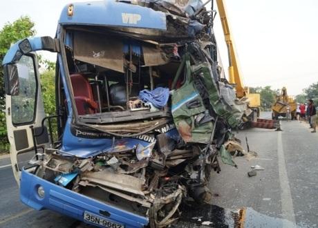 Xe khách bị biến dạng sau cú va chạm trong đêm.