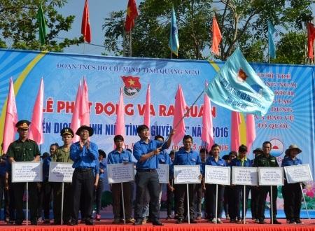 Cờ xuất quân bắt đầu chiến dịch thanh niên tình nguyện hè năm 2016.