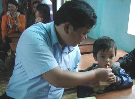 Ông Bùi Đức Thọ  - Giám đốc Quỹ Bảo trợ Trẻ em tỉnh Quảng Ngãi trong buổi thăm và tặng quà trẻ em đặc biệt khó khăn.