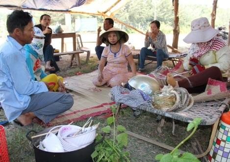 Người dân dựng lều trước cổng nhà máy, yêu cầu chính quyền di dời đến nơi tái định cư.