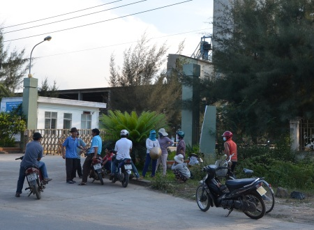 Tình trạng người dân tụ tập và không cho nhà máy hoạt động, khiến tình hình an ninh trật tự kéo dài ở địa phương.