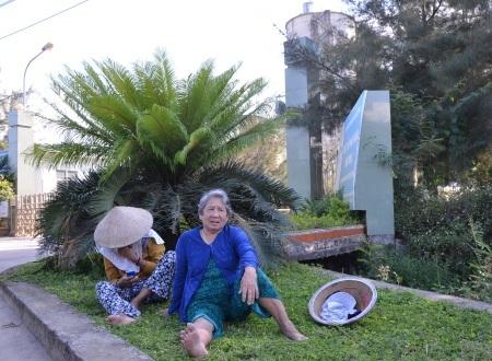 Vào ban ngày nắng nóng, người dân cử người già và phụ nữ ngồi canh trước cổng nhà máy, sẵn sàng báo động người dân đến ngăn chặn nếu nhà máy hoạt động.