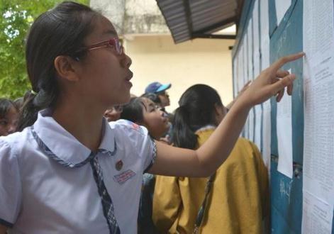 Thí sinh tra cứu điểm thi tại trường THPT chuyên Lê Khiết.