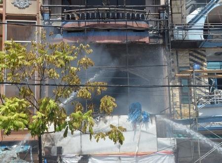 Tập trung dập lửa đang nghi ngút ở tầng 2.