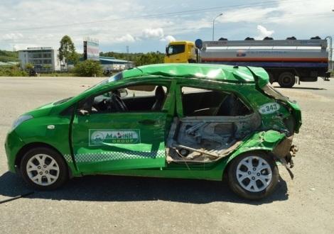 Chiếc xe taxi bị xe bồn chở xăng tông biến dạng và lái xe thoát chết hy hữu.