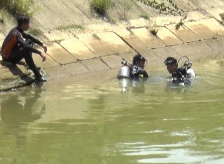 Lực lượng lặn tìm thấy thi thể 2 nạn nhân sau 3 giờ mất tích.
